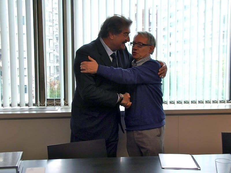 Un encuentro entrañable entre el mundo de la ciencia y quien atiende a los pacientes en primera línea. De derecha a izquierda: Dr. Antonio Victoria y Dr. Miguel Royo.