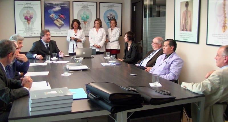講座の様子 (左から)アントン氏、ビクトリア医師、オジェ医師、ロヨ学長、マラさん、ルルデスさん、ニナさん、ジョイアさん、コレット医師、フィアヨス医師、ロドリゲス-バエサ医師