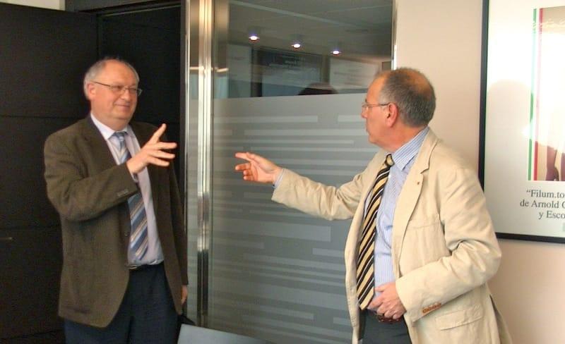 El debate se mantuvo apasionante incluso durante los breves momentos de descanso. De derecha a izquierda: Dr. Rodríguez-Baeza y Dr. Colet.